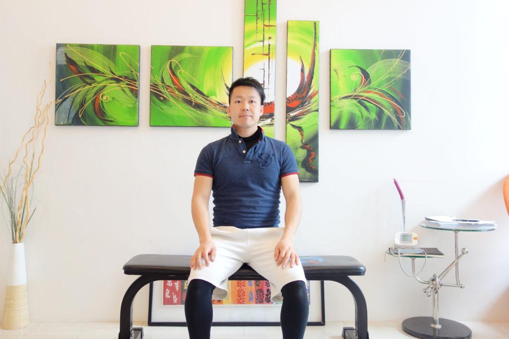 膝とつま先を同じ方向に向けた座り方